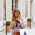 shopping-girl-texting