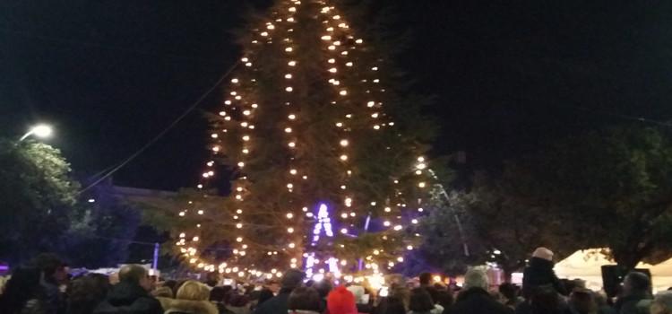 Natale 2015, festa in piazza con luminarie e Babbo Natale