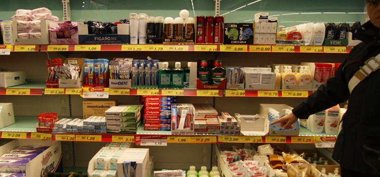 Furto di cosmetici al supermercato, denunciata coppia di rumeni
