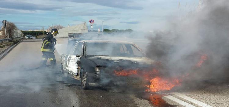 SS 100: auto in fiamme allo svincolo per Noci