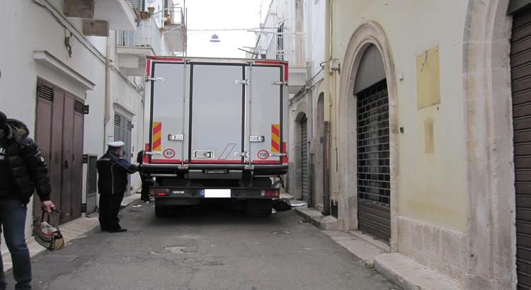 Coppia investita da un camion: lui muore, lei è grave