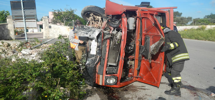 Incidente al rondò, camion si ribalta