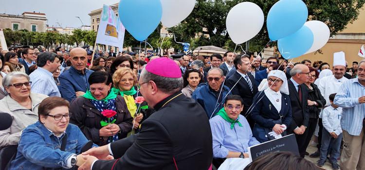 Il primo emozionante incontro tra la comunità nocese e il vescovo Favale