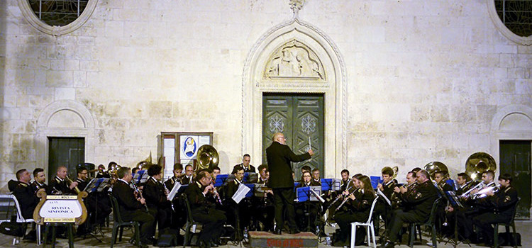 """L'orchestra di fiati """"G. Chielli"""" inaugura la sede e si esibisce in piazza Plebiscito"""