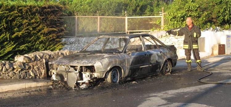 Auto a gas si incendia in via Siciliani