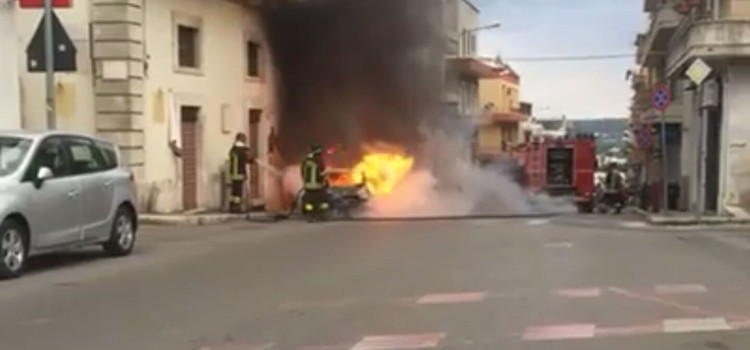 Auto si incendia in via Cappuccini