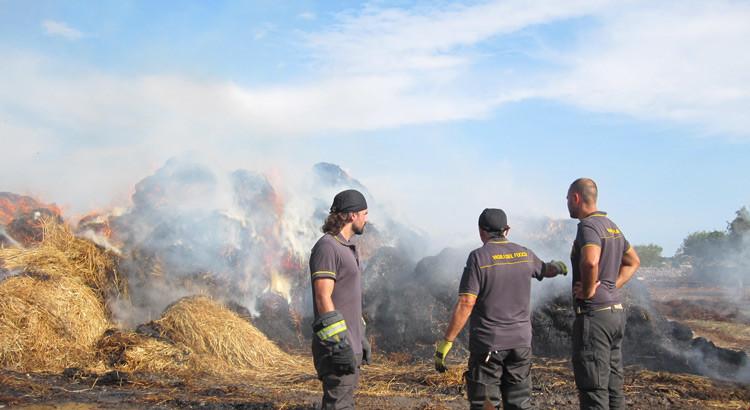 Fulmine si abbatte su fienile, a fuoco 600 rotoballe