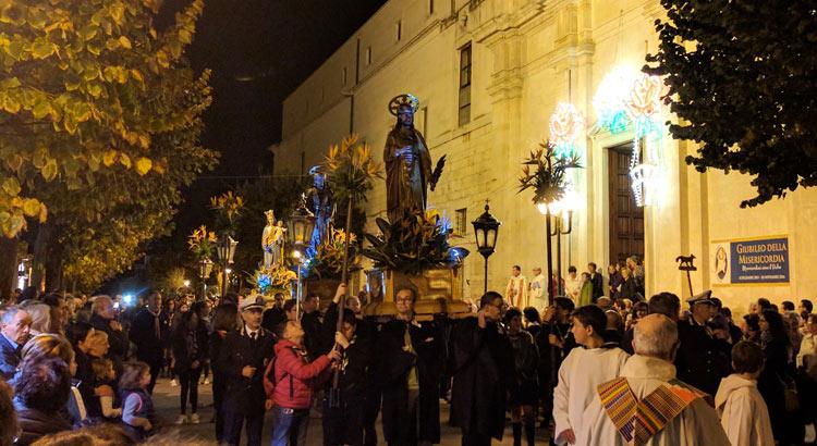 festa-ss-medici-statue-esterno-chiesa
