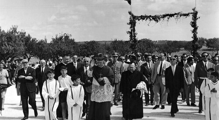 L'arrivo del vescovo per la cerimonia di inaugurazione