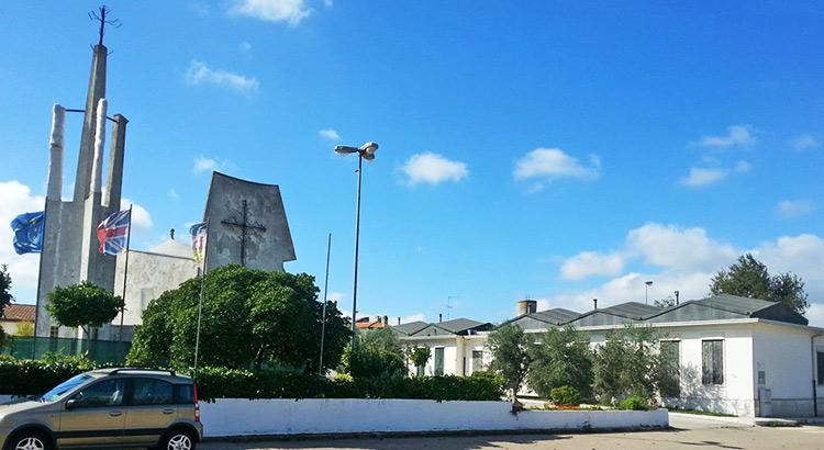 Il Centro dei Servizi di Lamadacqua nel 2016, prima dei lavori di restauro. È possibile notare la particolare copertura a trullo della Chiesa.