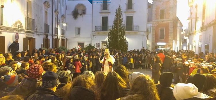 I ragazzi dell'ACR e gli scout inaugurano l'albero natalizio di piazza Plebiscito