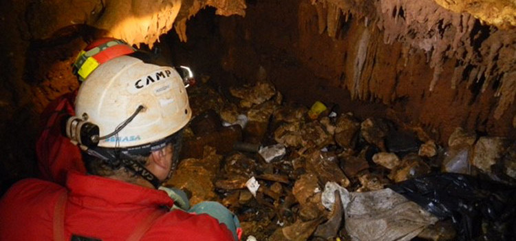 Bonifica cavità carsiche: scoperti rifiuti a 25 metri di profondità