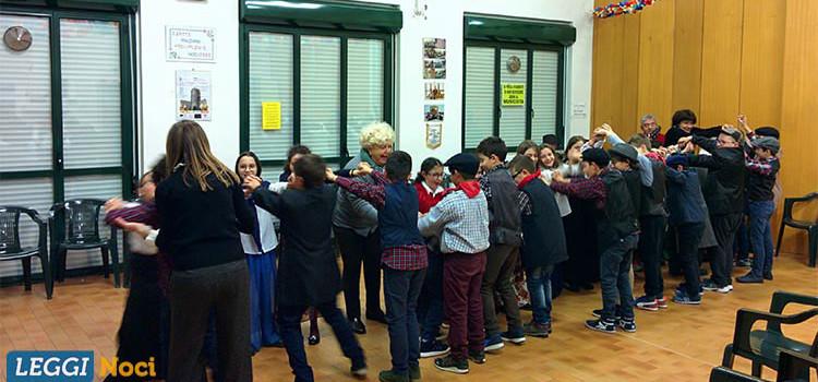 """Gli alunni della """"Cappuccini"""" rivivono """"u festine du sciùévedì di pacciarjidde"""" nel Centro Anziani"""