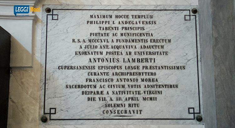 La lapide con l'iscrizione latina della consacrazione del tempio