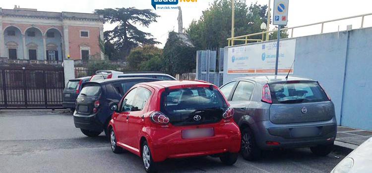 Posti auto per disabili, parcheggio selvaggio in prossimità delle scuole
