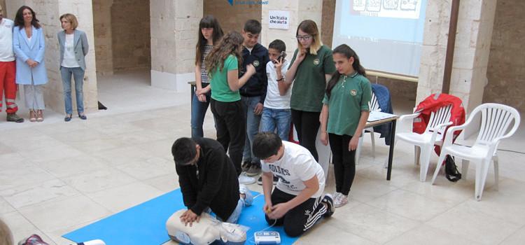 A scuola di primo soccorso, alunni alle prese con manovre salvavita