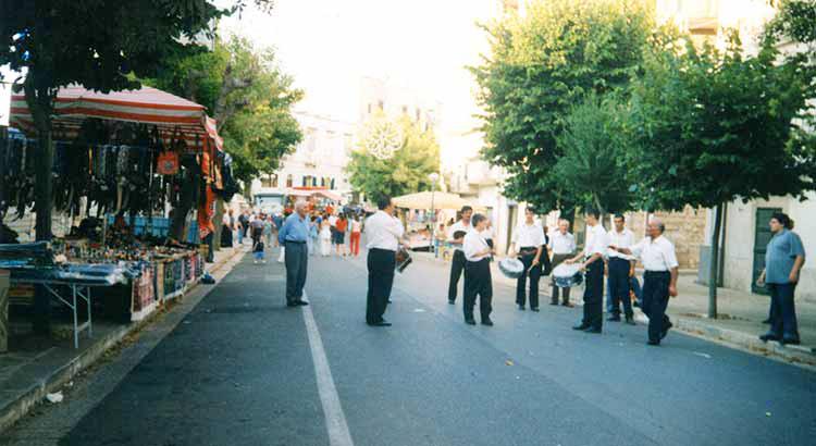 La bassa musica suona tra le bancarelle di Via Vittorio Emanuele
