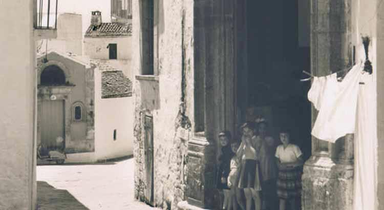 Sulla sinistra, l'antica chiesetta dedicata a San Giovanni