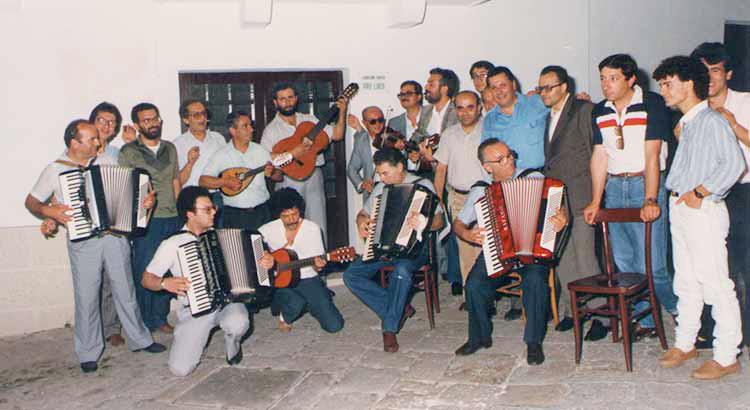 Alcuni suonatori della prima edizione di Notti di Serenate, vicino alla vecchia sede della Pro Loco, in via Pozzo Epifani