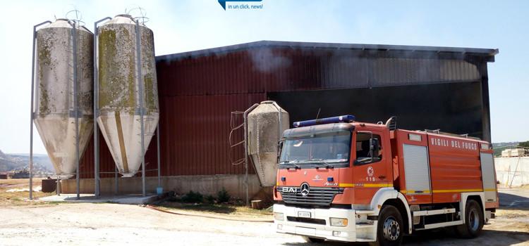 Si incendia capannone: a fuoco 1500 rotoballe, muoiono 30 capi di bestiame