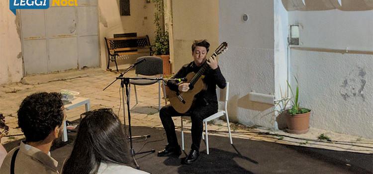 Gian Marco Ciampa incanta Noci con la sua chitarra