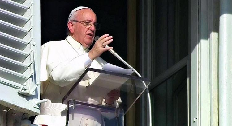 Papa Francesco saluta i giovani dell'associazione Don Bosco di Noci