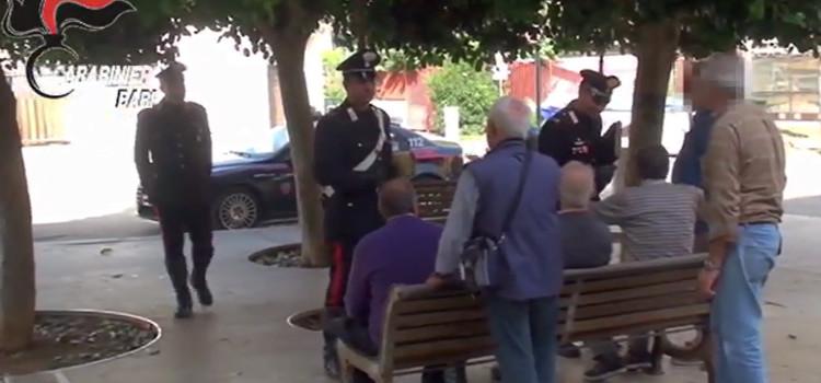"""Derubava gli anziani con """"il filo di banca"""", arrestato"""