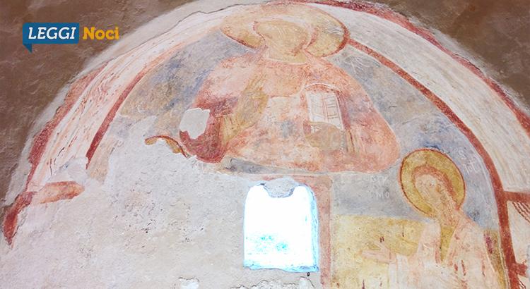 L'affresco rinvenuto nell'abside destro. È possibile notare il Cristo Pantocratore al centro, la Madonna a sinistra e San Giovanni Battista a destra, riconoscibili anche grazie alle lettere greche che li rappresentano