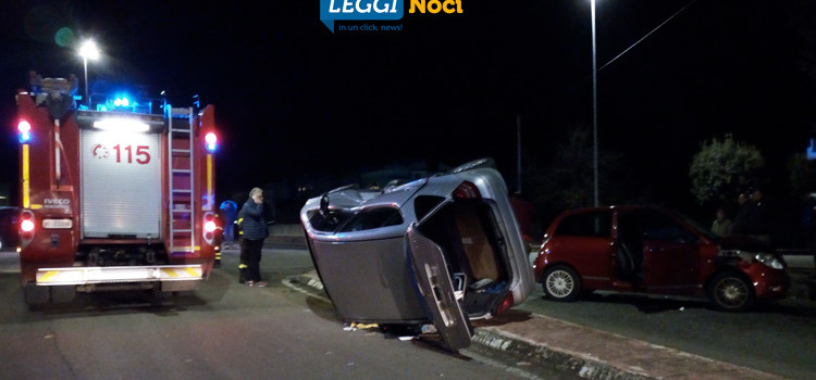 Incidente con ribaltamento in centro, 4 feriti