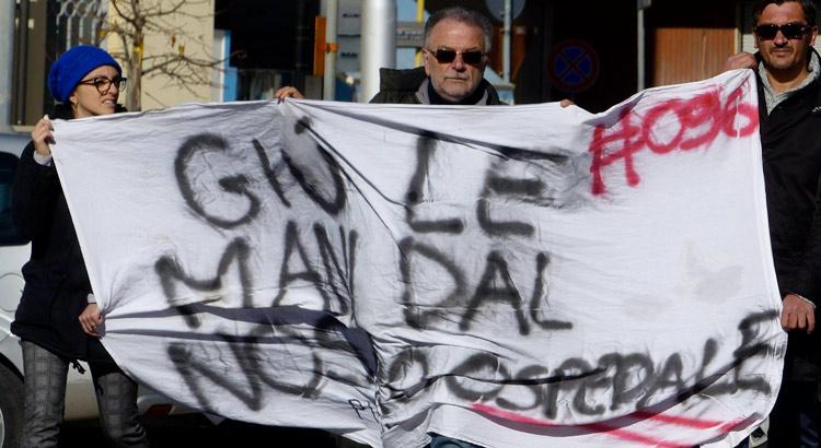 ospedale-putignano-striscione-protesta
