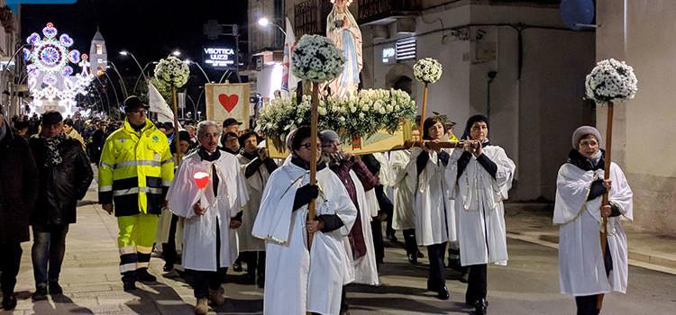 Mons. Intini omaggia Nostra Signora di Lourdes