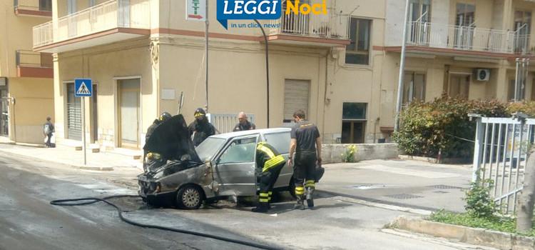 Auto brucia in via Siciliani