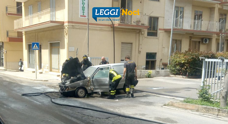 Auto brucia in via Siciliani