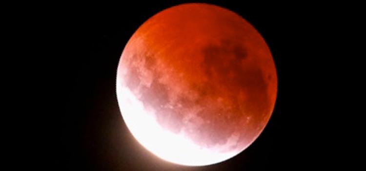 Lo spettacolo dell'eclissi lunare visto dai nocesi