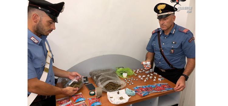 Pusher agli arresti domiciliari, sorpresa con quasi 1 kg di droga pronta per lo spaccio
