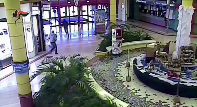 Assaltarono gioielleria al parco commerciale, rapinatori incastrati dal DNA