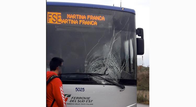 Incidente sulla Noci-Putignano, bus FSE urta guardrail e auto