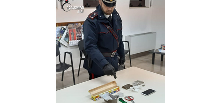 Entra in un bar per acquistare un etto di hashish. Arrestati dai Carabinieri due pusher
