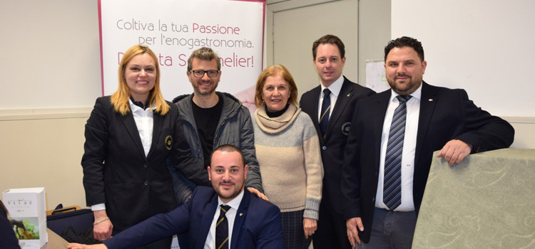 """""""Dalla vigna al vino"""", i Sommelier AIS Puglia portano nelle scuole medie l'affascinante mondo del vino"""