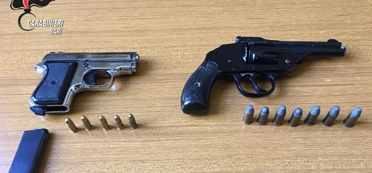 I Carabinieri hanno arrestato un pregiudicato 61enne che nascondeva in casa due pistole clandestine con relativo munizionamento