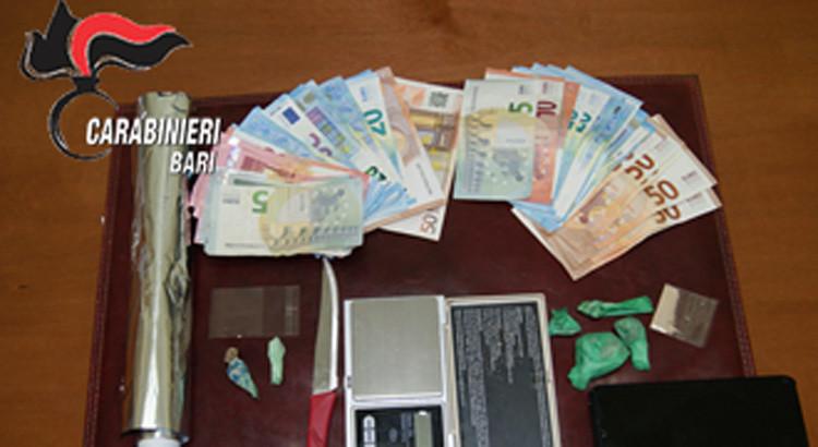 """I Carabinieri sorprendono un """"pusher"""" mentre da casa cede due dosi di eroina a due acquirenti"""