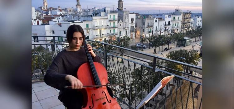 Coronavirus: tutta Italia canta l'Inno nazionale alla finestra, anche Noci