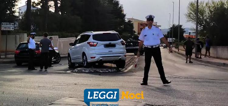 Scontro tra due auto, una finisce sullo spartitraffico