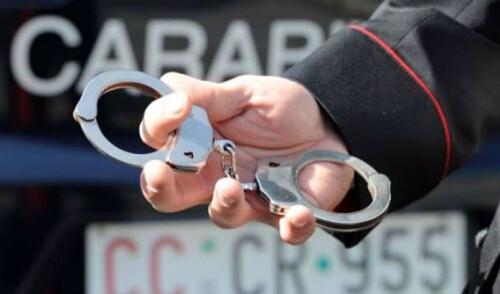 Arrestato per droga e detenzione di armi